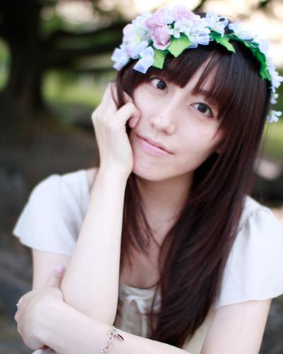 花の髪飾りをした松嵜麗